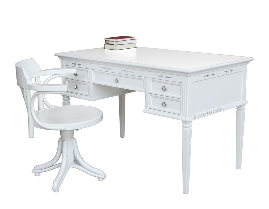 Scrivania laccata bianca con cinque cassetti, poltroncina girevole laccata bianca, scrivania bianca con decori argento per studio o ufficio